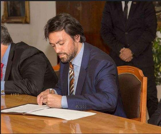 El Presidente del Instituto Provincial realizando una firma